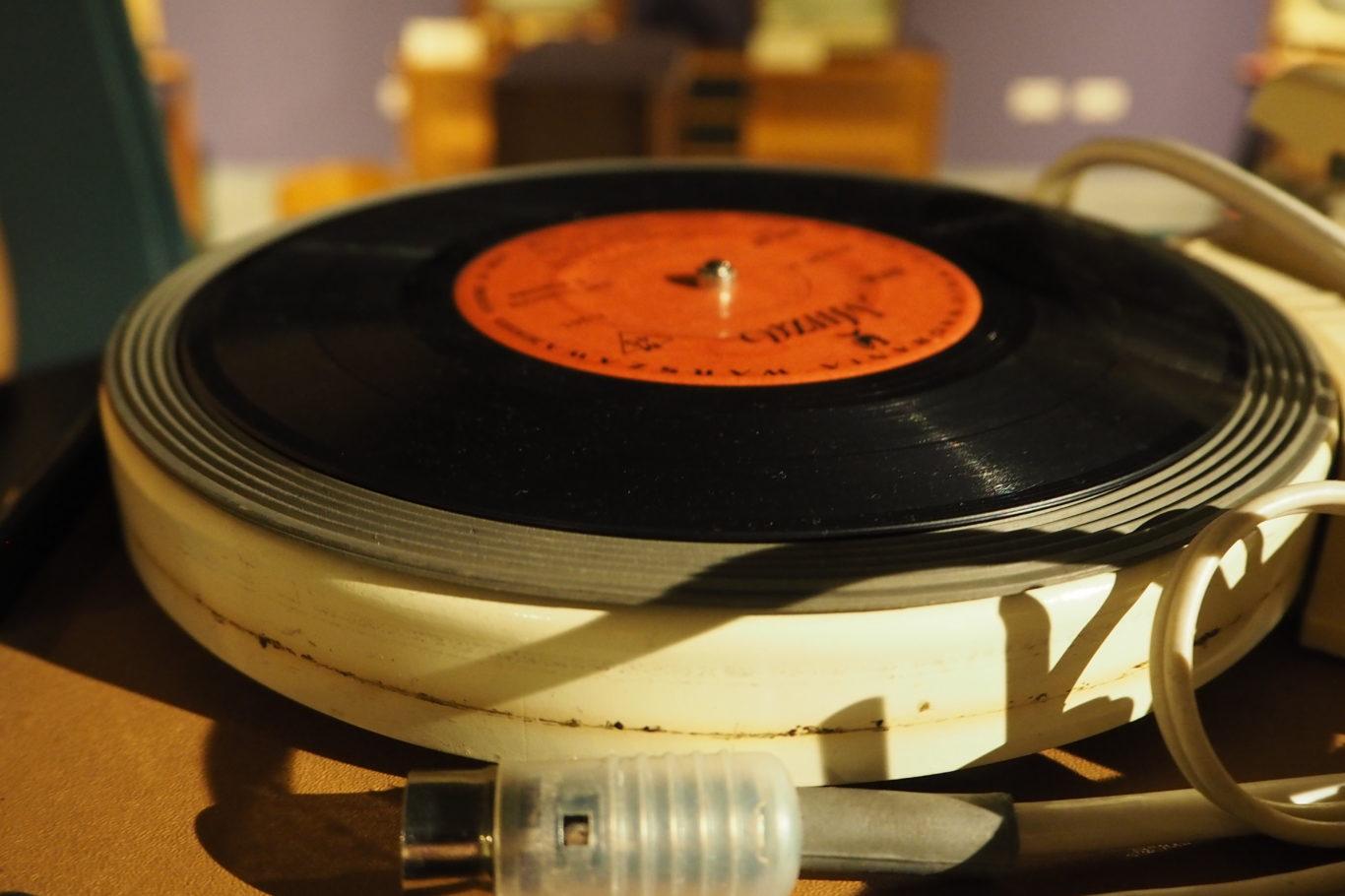 Gramofon z płytą winylową